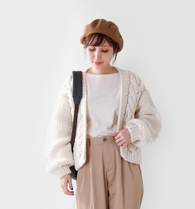 南米ペルーにて一点一点手編みで 制作されたナチュラルで 素朴な風合いのニット。  コンパクトな丈感に、 ボリュームのあるお袖で、 メリハリの効いたシルエットが特徴。  野暮ったくなりがちな手編みニットも、 こちらのアイテムは日本人の女性でも すっきりと着て頂けます。