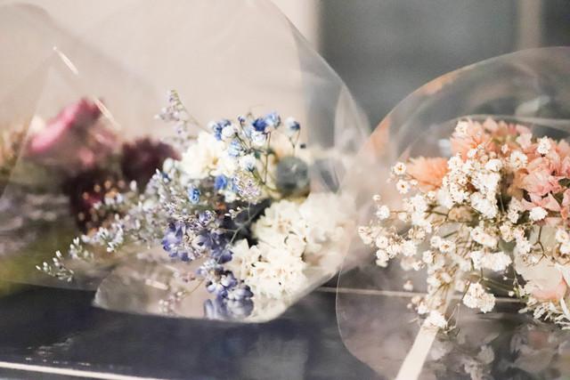 個性的な花々とカラーはデザイン性抜群