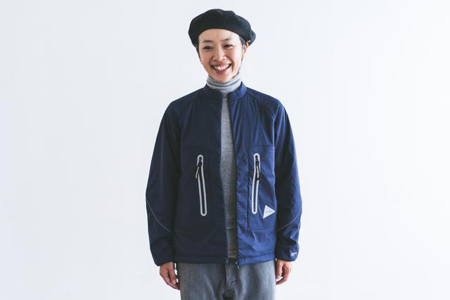 首回りをすっきりと見せてくれる、ノーカラーのジャケット。ステッチやポケット、ロゴのリフレクターがアクセントに。 表地には強力なナイロン糸で高密度に織ったPERTEX(パーテックス)QUANTUM AIRの生地を、中綿は軽量で通気性、快適性、保温性に優れたポーラテックアルファを使用しています。