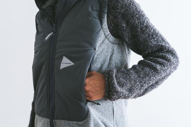フロントのポケットは、中綿の中に手が入るように設計されているのでハンドウォーマーとしても◎