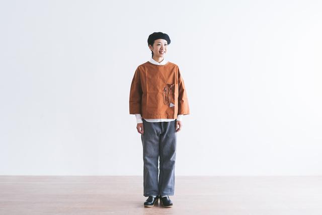 耐久性にすぐれたCORDURAナイロン糸を使用したタイプライター素材のプルオーバー。 短めの袖丈で、インナーとの重ね着も楽しめます。 かさばらず、120gと軽量なので、予備の一着として持ち歩くのにもとても便利です。