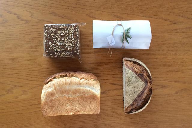 右上から時計回りに、シュトレン(ギフトラッピング付き)、エコロジスクブロ(カンパーニュ)、フランスクブロ(山食)、黒パン