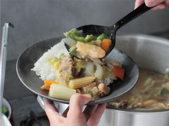 中華丼は野菜がたっぷり。エビは衣をつけて予め揚げておきます。 バンバンジーの鶏肉のゆで汁は、そのまま中華スープにしてぱぱっと2品作ります。 中華スープは冬瓜、豆腐、卵を入れました。 野菜たっぷりで彩りの良い食事は、マットで深みのある色合いの器にとてもよく映えます。