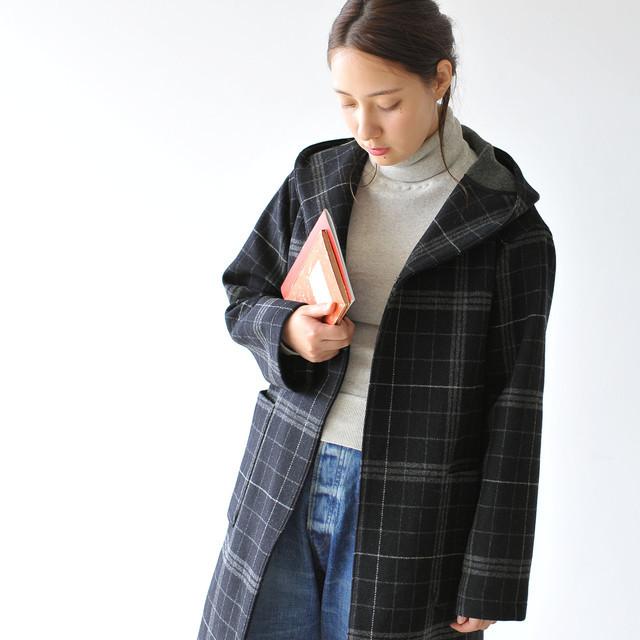 カーディガンのように羽織れる軽いガウンコートで、ショールカラーとフードをリンクさせたショルダーラインのディテールが雰囲気抜群の一着です。