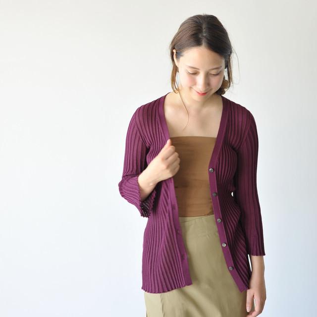 インナーにも、主役でも存在感を発揮し、シンプルながらも雰囲気のある着こなしを叶えてくれる一着です。