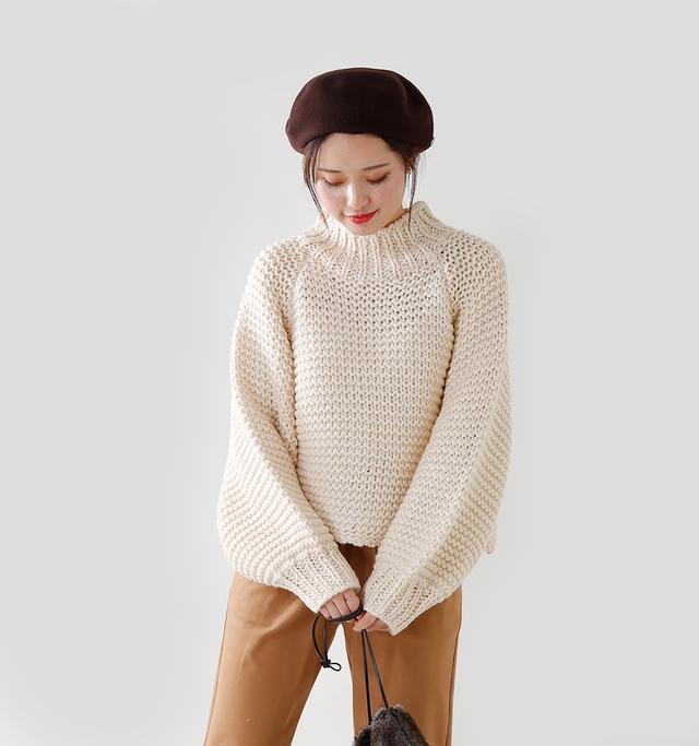 ビッグローゲージの 手編みの温もりを感じる プルオーバーは、 たっぷりのボリュームのある お袖がとても可愛らしい。  手編みの弾力のあるニット生地は ふわふわで、思わず触れたくなる柔らかさ。  着丈はあえて少し短く、 お袖は逆に手の甲を覆うくらい 長めの丈感にした 絶妙なバランス感覚が魅力的です。