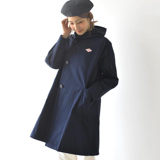 ネックラインを包み込むような、ボリューム感のあるフードが印象的な一着。ダウンは必要ないけれどちょっと羽織りたい…、そんな季節にも活躍してくれるライトアウターとなっています。しなやかな質感とマットな光沢のポリエステル地を使ったコートは、滑らかな着心地で着脱もスムーズ。密度高く織り上げられており、遮風性もあるため薄手でも暖か。シワも取れやすく、コンパクトにまとまるので旅先でも活躍してくれそうですね♪
