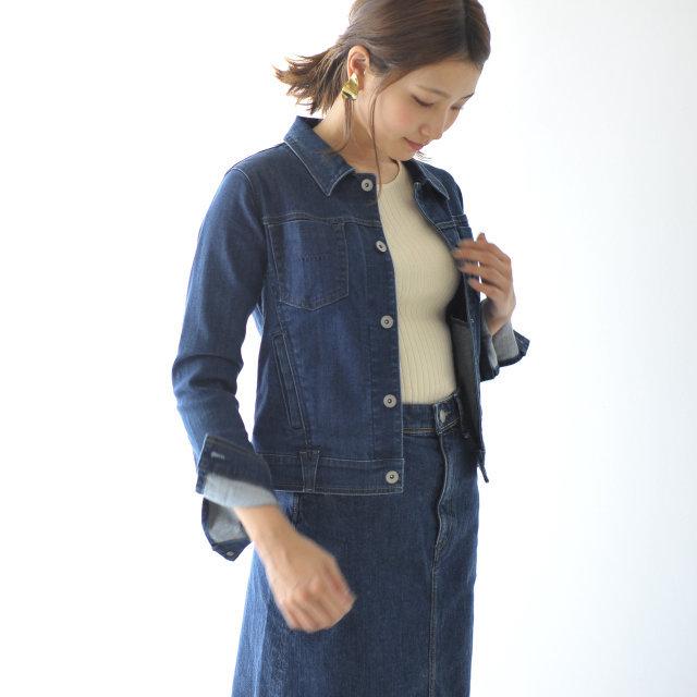 選び抜かれた素材と絶妙なカッティングにより、独自の軽量な糸で縫製したデニムのイメージを変えるような、快適な着心地を実現した一枚。コンパクトなシルエットながらストレッチの効いた素材なので、ストレスフリーに着られます。女性らしい綺麗なラインが出るようにウエストを程よくシェイプアップすることで、スタイルアップを叶えてくれるデニムジャケットです。