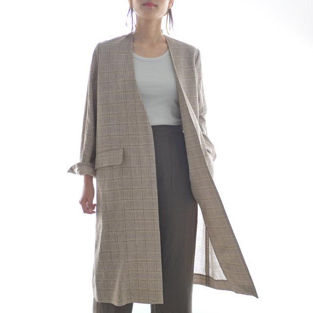 淡く、奥行きのあるプレイドチェックが印象的なコートは、ボタンレスデザインでハンサムな表情。リネンの適度なハリ感とコットンの柔らかな風合いで、天然素材の生地感を楽しめるリッチな一着に仕上げられています。シャツなどの襟付きトップスとも相性が良く、軽やかでサッと羽織るだけで様になる優れもの。 ざっくりとリラクシーなサイジングでコーデを選ばず、大人シックな装いにクラスアップしてくれます。