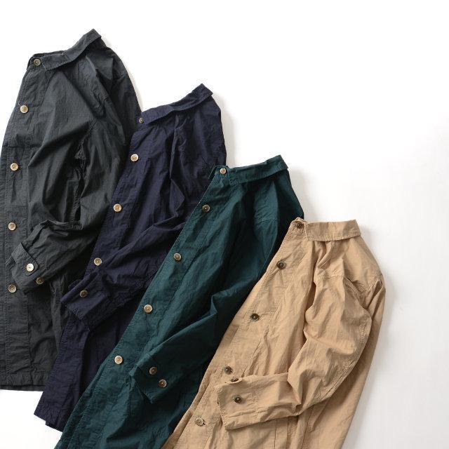 シャツなどに用いられるタイプライター生地を採用した、軽やかな着心地のアイテム。洗い加工が施された程よいシワ感が魅力で、味のある絶妙な表情を作り上げています。シンプルなデザインでスタイリングに取り入れやすく、ロングシーズン活躍してくれる一着です。