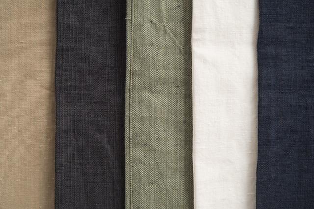 全5色。左からチノ、ブラック、カーゴ、ホワイト、デニム。