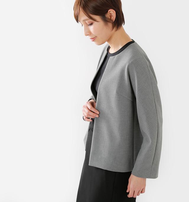 ダブルクロスと呼ばれる 落ち感がきれいな生地を 使用した大人っぽい一着。  ノーカラーの襟元や、 ボタンがないため ゆったりとしたシルエットなど リラックス感のあるデザインも魅力的。  フォーマルシーンにも普段遣いにも◎。 ON/OFF問わず着て頂けるので 同素材のパンツとの セットアップスタイルもおススメです。