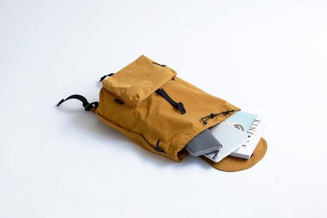 中にはA4サイズのファイルや雑誌もしっかり入ります。 フロントポケットには携帯電話やICカードケースなど頻繁に出し入れする小物を入れて。