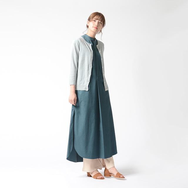 サラッと着こなしたいワンピースは、一枚で着ると単調になりがち…。そんな時は、挿し色にカーディガンをプラスしてみては♪淡い色合いを選ぶことで、ワンピースが主役のままのスタイリングに。