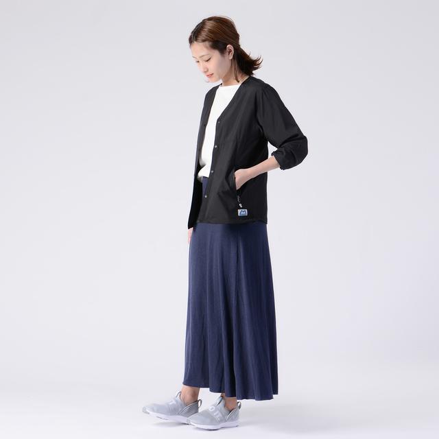 シンプルでスポーティなスタイリング。ただカジュアルになりすぎないように、歩くたびに揺れる綺麗なシルエットのスカートを選ぶことで、大人の女性を演出してくれます♪