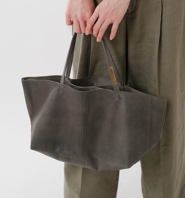 余分なものを削ぎ落とし、 シンプルなバッグであるからこそ、 普段使いにもちょっとした お出かけにも、不思議と マッチしてくれる OTONA eco-bag。
