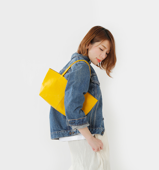女性が肩にかけても 邪魔にならない コンパクトなサイズ感の Sサイズ。  一番小さなサイズで ありながらお財布や小物など おでかけに必要なものは しっかりと入ります。