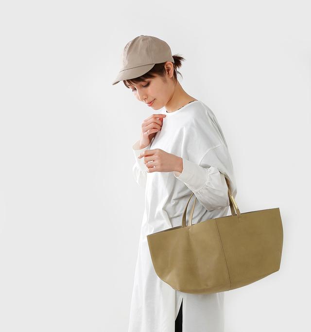 毎日の通学や通勤に 丁度いいサイズ感の Mサイズ。  お財布やポーチ、 小ぶりのお弁当箱なども 入るのでこれ一つ おでかけも安心。  それでいてバッグ自体は 軽い仕上がりで 持ちやすいのが嬉しい。