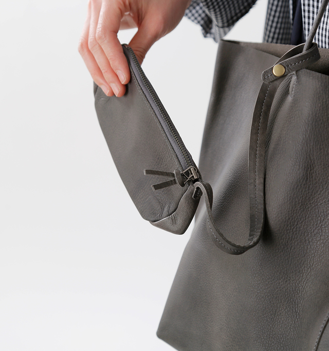 バッグには 軽量化のためにも あえてポケットが ついていません。  大きいサイズの Lサイズには 小物を入れる ポーチが付属しています。