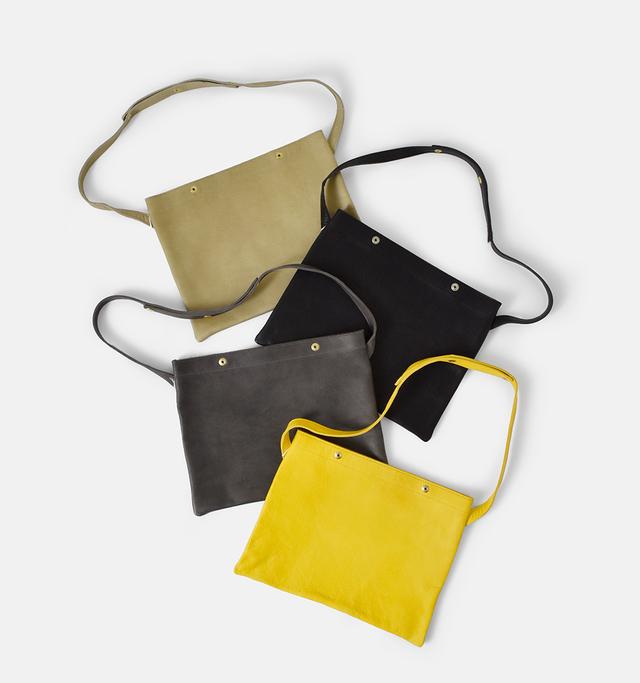 """柔らかなレザーと ぺたんとしたシルエットの """"OTONA eco-bag sacoche""""  斜めがけや ショルダーも出来るので 荷物が少ない時や 旅行の時のバッグとして 重宝するアイテム。  レザーで作られた サコッシュなので 大人の女性が持っても カジュアルになりすぎません。"""