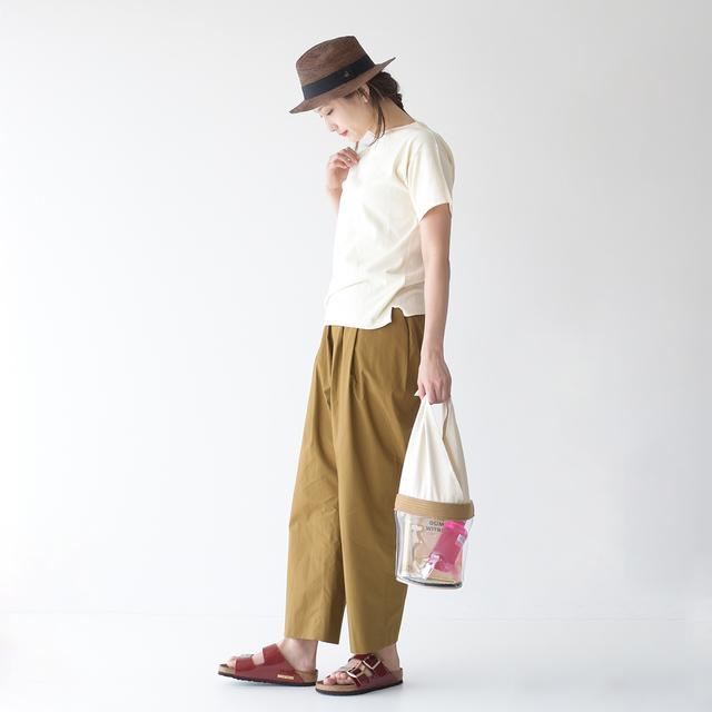 茶系のワイドパンツに、白ニットのトップスを合わせたシンプルなスタイリング。ハットや赤色のサンダル、ビニールバックの小物使いで、いっきに大人カジュアルが増しています♪