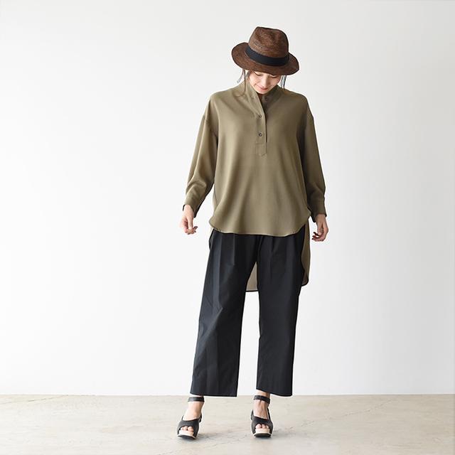 大人きれいめスタイリング。落ち着いた暗めの色合いですが、ゆったりと程よい透け感のあるチュニックシャツが軽やかさを演出しています。すっきりきれいめワイドパンツと、高めのヒールサンダルでスタイルアップを実現♪