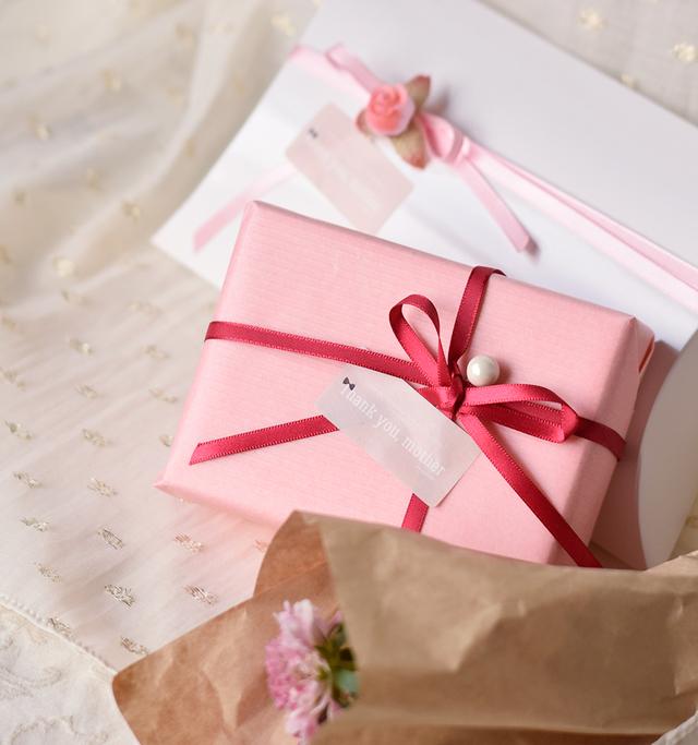 ※上部の画像はプレゼント包装の一例です。 お花は付属しません。  アイテムによって プレゼント包装のデザイン、 リボンのお色、 シールの種類は異なります。