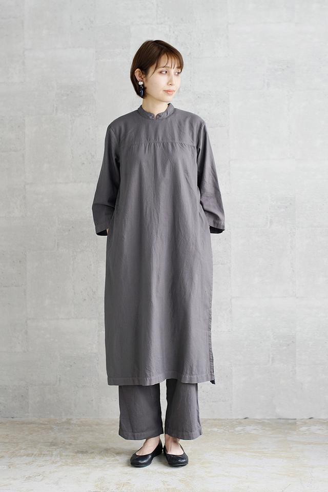 オーガニックコットンに製品染めを施し、を洗いをかけた風合い豊かな生地を使用したオールインワン。一見すると長袖ドレスとパンツを重ねたようなユニークなデザインが新鮮。オールインワンながら女性らしく、一枚で洗練された着こなしを演出してくれる一着です。