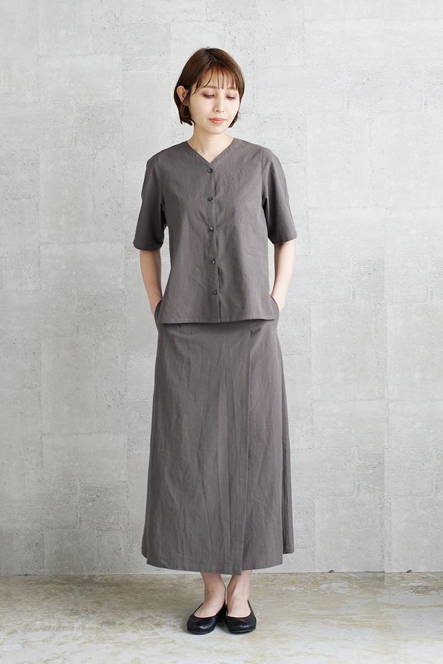 THE HINOKIのアイコンの1つとも言える、ブラウスとスカートが一体化したようなデザインが新鮮な1着。 ゆっくりと時間をかけて高密度に織られた生地は、しなやかで優しい着心地。着こなしをアレンジすることもできるので、これ1枚で活躍してくれるアイテムです。