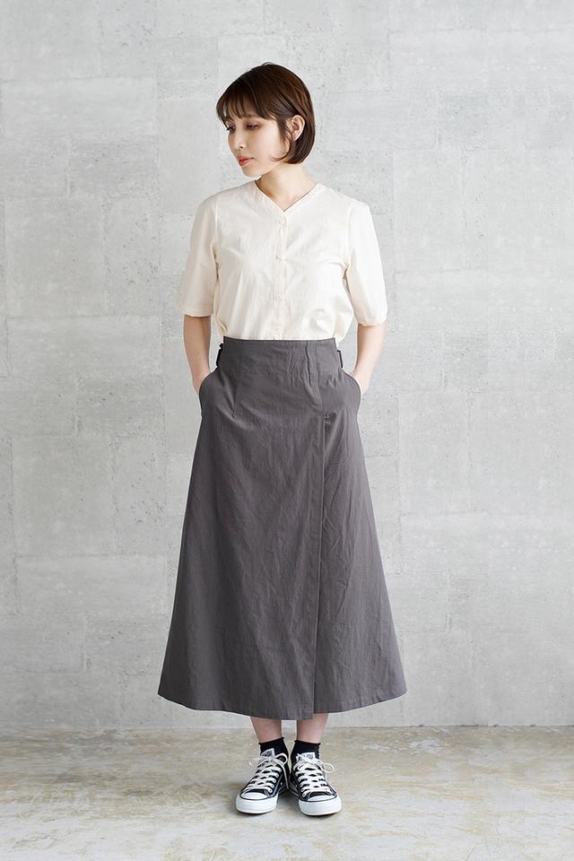 フロントの裾は、ウエストにタックイン/アウト、どちらでも着られるようになっています。1枚でセットアップのような着こなしが決まり、かつ2通りのアレンジができるのが嬉しいですね。スカートは生地を重ねたデザインで、フレアは抑えめで大人っぽい形です。