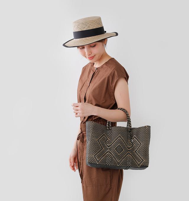 """メキシコの市場での お買い物によく使われる """"メルカドバッグ""""を モチーフにしたバッグ。  軽くて丈夫な実用性に加えて 可愛いデザインも魅力。  また艶のあるプラスチックを 編んでいるため 水に濡れてもさっと拭くだけ。  雨の日も気軽に使えるのが 嬉しいバッグです。"""