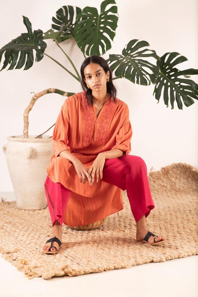 """何年たってもお気に入りの定番で、 着るたびに気分をあげ  自分のスタイルとなる""""MY VINTAGE"""" ワードローブには自分が長く使えると 思った気に入ったものだけを。  sara mallikaはモノの 本当の価値を理解した女性が長く着られる タイムレスなピースを提案しています。"""