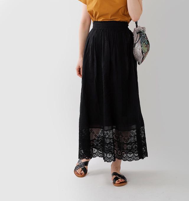 シンプルなトップスも 豪華なコーディネートに仕上げる 爽やかで軽やかなレースの ロングスカート。  可愛らしい小花柄を 繊細なレースで表現した 贅沢な仕様です。
