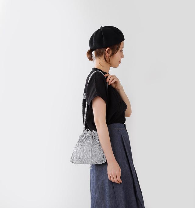きゅっと絞れる 巾着型のコンパクトな ショルダーポーチ。  結ぶこと、編みこむことで 装飾・模様が生まれる マクラメ編みの表情豊かで 涼し気なデザイン。