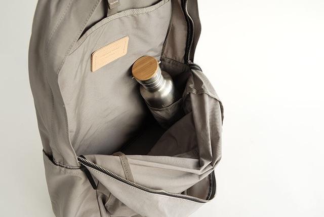 LARGE DAYPACKには、内装の右側にペットボトルや水筒、折りたたみ傘などが入る仕切りポケットが付いています。
