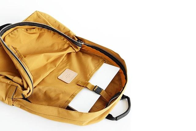 BUG PACKからLARGE DAYPACKの6サイズ全てのデイパックには、内装の背面に仕切りポケットがついています。  背面仕切りポケットは、雑誌やファイル、ノートパソコン等を入れるのに便利です。