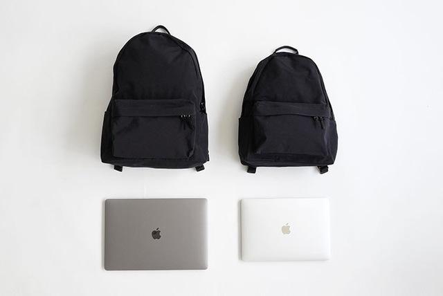 今回は特にお問い合わせの多いノートパソコンの収納について、NEW TINY DAYPACKとDAILY DAYPACKの2サイズで試してみました。  *ノートパソコンはMacBook Proの13インチ(縦212mm×横304mm×厚さ12mm)と15インチ(縦240mm×横348mm×厚さ12mm)を使用。パソコンケースに入れずに本体のみの状態で試しています。メーカーによっては本体サイズが異なる為、全てのノートパソコンに対応するものではございません。