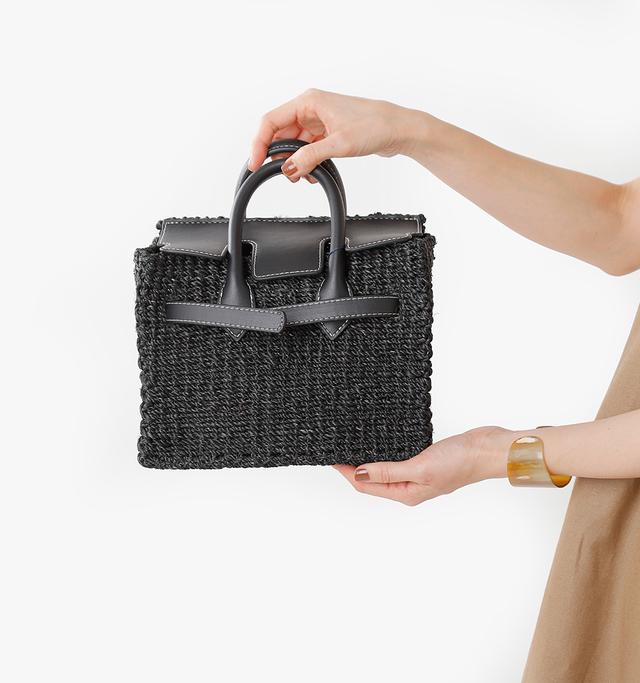 コンパクトですが、 携帯・長財布が余裕で入る収納力があり、 身軽に動きたい時にぴったりのバッグ。  デイリー使いから レジャーまで幅広いシーンでお使い頂けます。