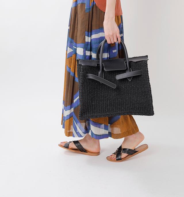 フラップも閉じることができるので 中身もみえずに安心。  マザーズバッグにもおすすめの 大きさと収納力です。