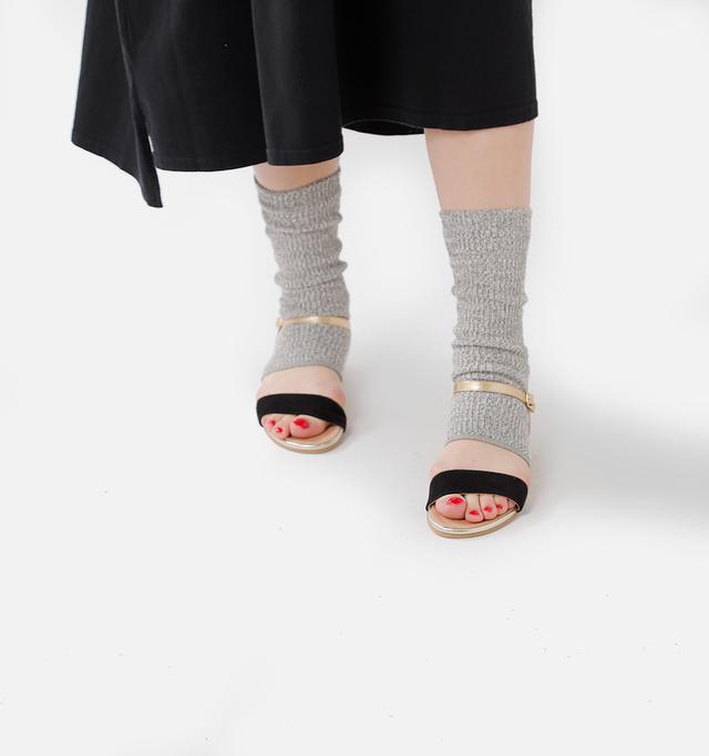 サンダル×レッグウォーマー 素足で履くのに 抵抗がある方もこれで安心。