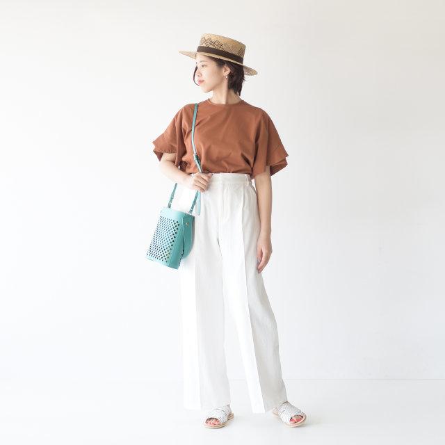 カンカン帽とメッシュのレザーバッグ、サンダルが、夏の装いをアップしてくれているスタイリング♪パンツ、サンダルは白を選んで爽やかに。