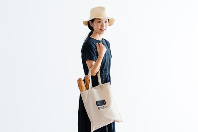 halutaパン部門オリジナル コットンリネン素材のトートバッグ付きセットもご用意しました◎黒パンのイラストがかわいらしい、シンプルでコンパクトな一枚です。