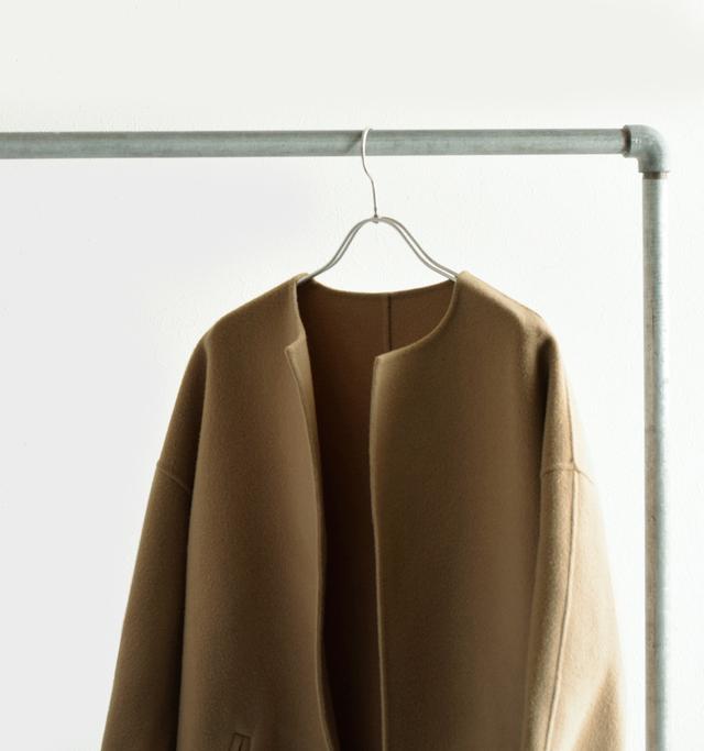 素材の良さを活かすように デザインは無駄がなく ミニマムなノーカラーコート。