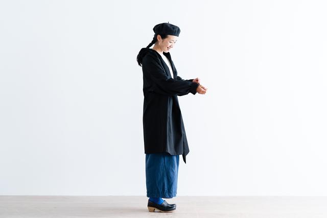 コットン素材で襟元のドレープが大人らしいカーディガン。ボタンがないのでシンプルに羽織れる一枚です。 たっぷり生地を使った襟元は、ショールを羽織ったようなシルエットに。大人っぽい雰囲気に仕上がります。