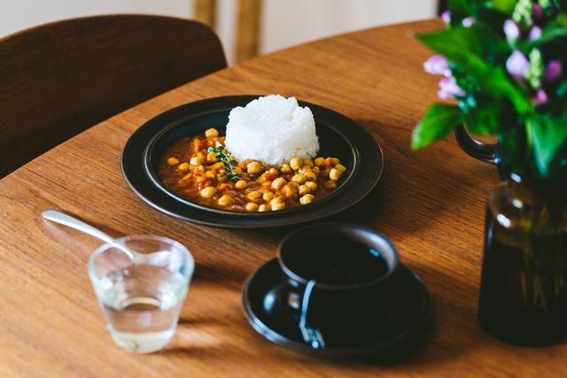 26cmディナープレート  日本の食卓にも自然と馴染む釉薬の色合いで、日々の暮らしに使いたいディナープレート。 カレーやパスタなどのメイン料理の盛り付けにぴったりなサイズ感です。