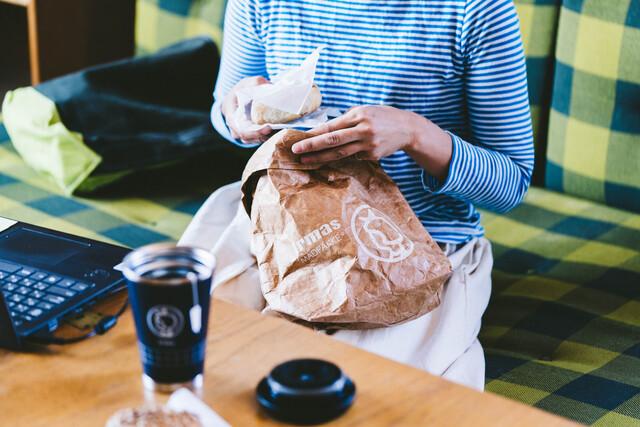 通気性に優れたタイベックを使用したランチバッグにはパンやおやつを入れてお出かけしても◎。