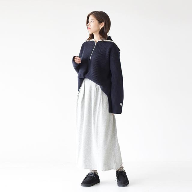 存在感たっぷりのセーラーカラーが目を引くORCIVALの新作ニットを主役にしたスタイリング。 シューズにぽってり可愛いムートンシューズを合わせ、ボトムスはあえて軽いスカートを合わせるとバランス◎