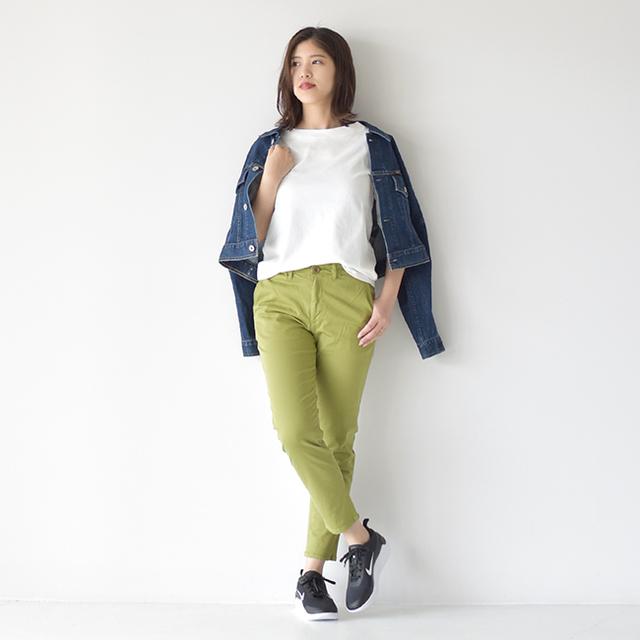 春先から取り入れたい柔らかなグリーンカラーのパンツに、白Tを合わせたシンプルスタイル。 ショート丈のデニムジャケットがコーディネートをスッキリと爽やかにまとめてくれます◎